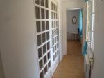 Nouveauté 2020 : création d'un couloir rendant les deux chambres indépendantes, portes à galandage fermées, rideaux ouverts