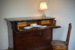 La chambre n°1, détail de la commode formant scriban