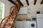 La partie cuisine avec l'escalier menant aux deux chambres à l'étage