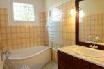 La salle de bains située au rez-de-jardin