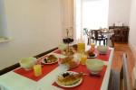 le séjour côté repas, table pour les enfants
