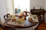 le séjour côté repas, table pour les parents