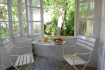 la véranda donnant sur les jardins depuis la cuisine